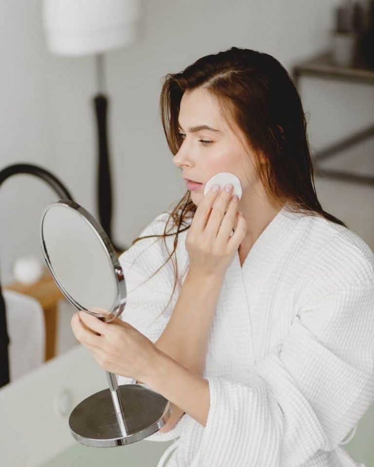 How To Dermaplane At Home: Dermaplaning 101